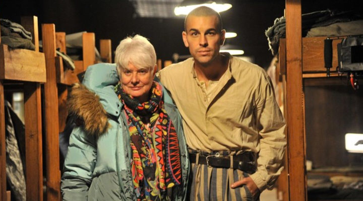 Mario Casas y Mar Targarona en el rodaje de 'El fotógrafo de Mauthausen'