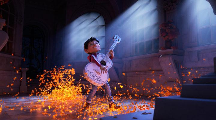Miguel y Hector en el Mundo de los muertos en 'Coco'