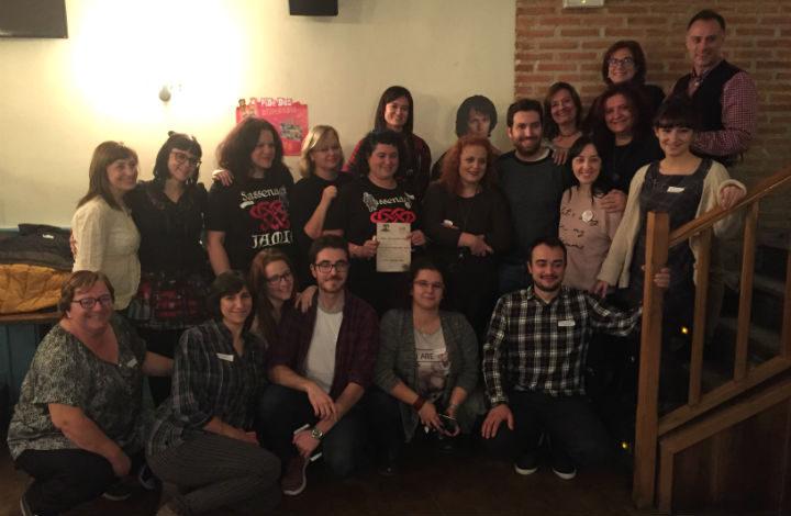 Los asistentes al Outlander Day junto a Juan Navarro y un Jamie Fraser de cartón