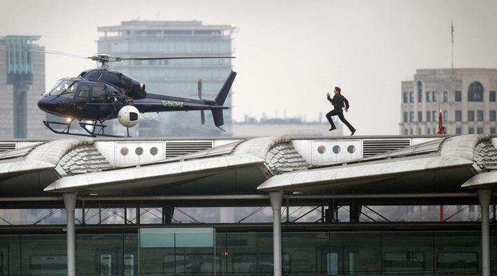 Tom Cruise corriendo por una azotea en el rodajde de 'Misión Imposible 6'