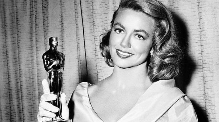 Dorothy Malone con su Oscar en 1956