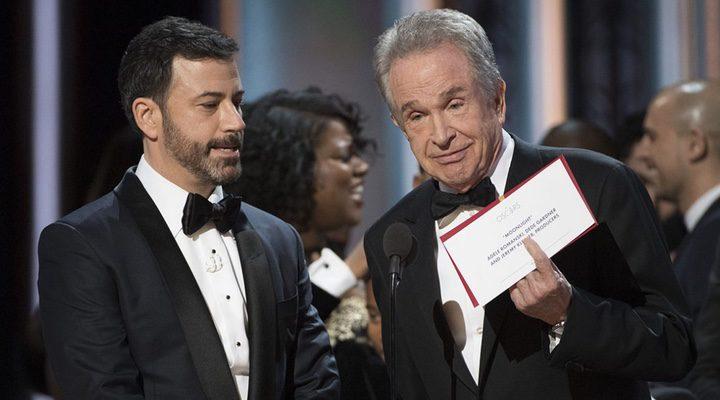 'Warren Beatty muestra el sobre con 'Moonlight' como ganadora en la gala de los Oscar 2017'
