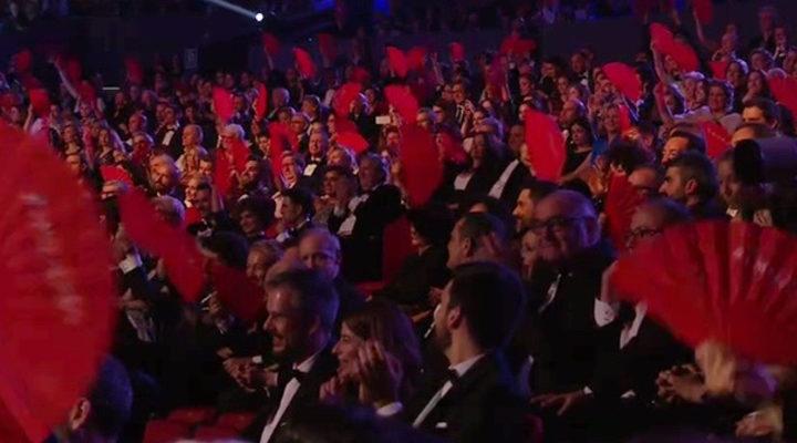 Los asistentes alzan sus abanicos en apoyo a las mujeres
