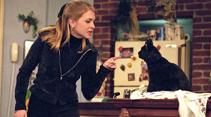 Melissa Joan Hart y Salem en 'Sabrina, cosas de brujas'