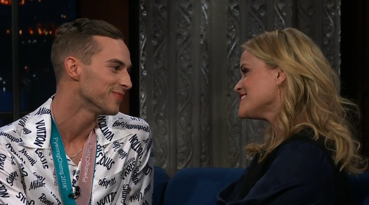 Adam Rippon y Reese Witherspoon en 'The Late Show'