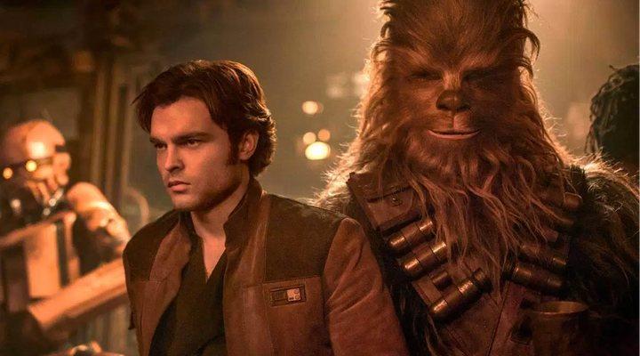 Alden Ehrenreich y Chewbacca en 'Han Solo: Una historia de Star Wars'