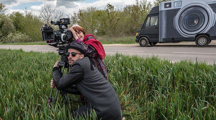 'Agnès Varda y JR con su camión tuneado al fondo'