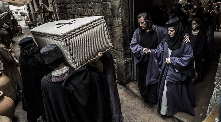 'Una de las escenas finales del primer capítulo de 'La catedral del mar''