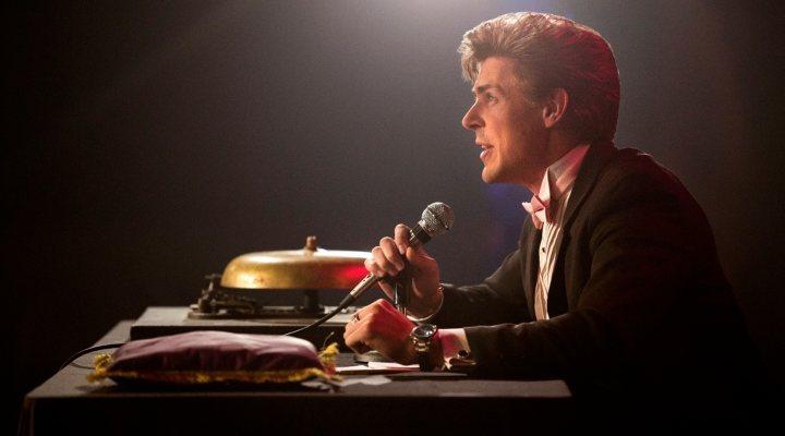 El productor de 'Glow' en la ficción, Bash, interpretado por el actor Chris Lowell