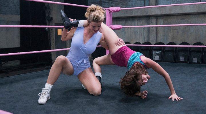 Alison Brie y Betty Gilpin ensayando un combate en 'Glow'