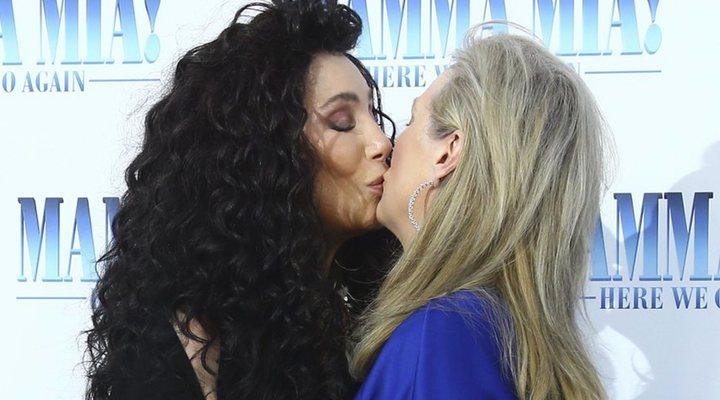 Cher y Meryl Streep se besan en la premiere