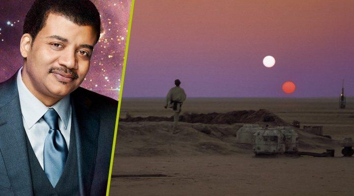 Neil DeGrasse Tyson junto al póster de 'Star Wars: Una nueva esperanza'