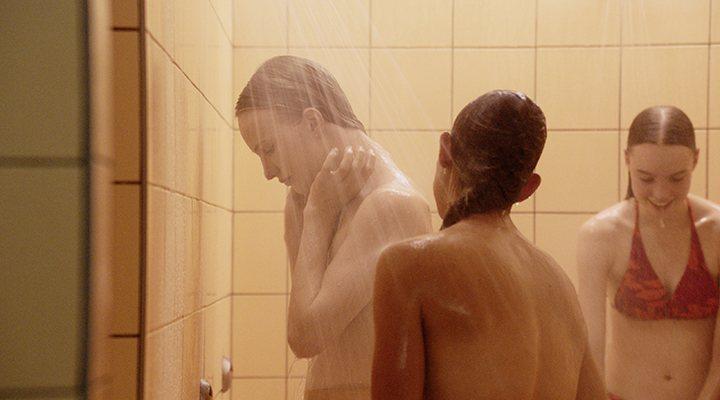 'Lara en una escena en las duchas de 'Girl''