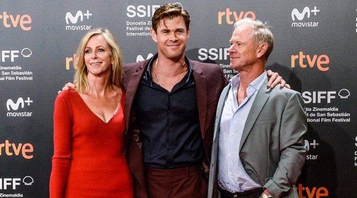 Chris Hemsworth con sus padres en el Festival de San Sebastián