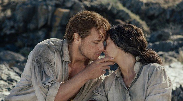 Fotograma de 'Outlander' con Caitriona Balfe y Sam Heughan