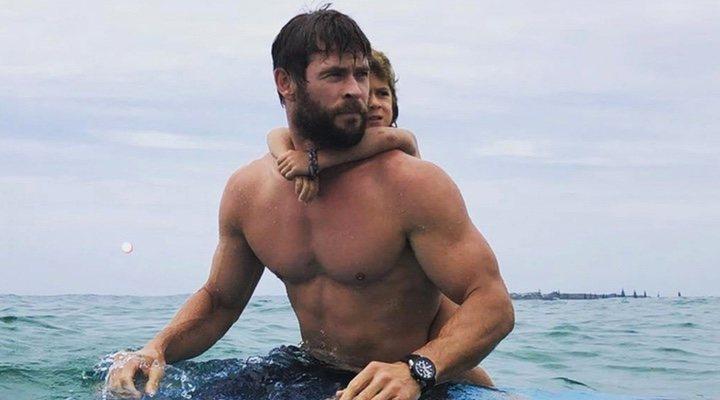 Imagen de Chris Hemsworth practicando surf con su hija