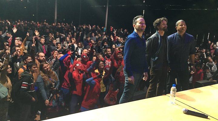 Selfie de los directores de 'Spider-Man: Un nuevo universo' con los Spider-Men de la Comic-Con París