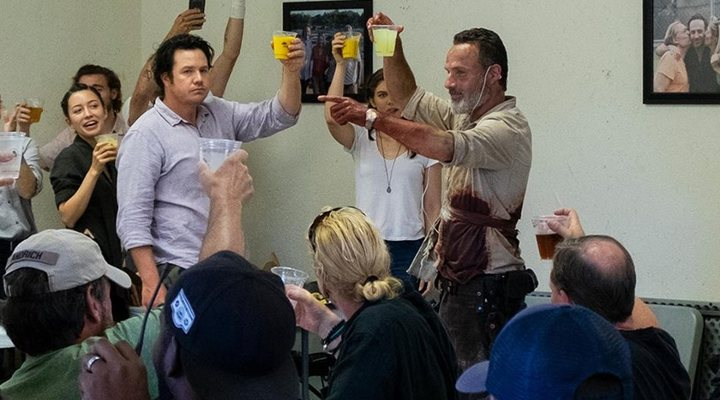Andrew Lincoln junto al equipo de 'The Walking Dead'