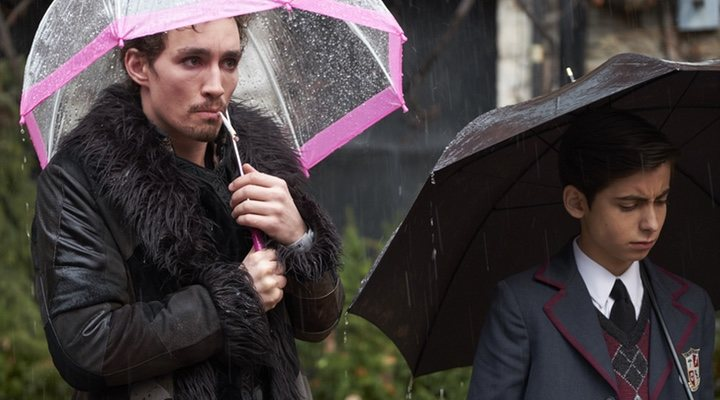 Robert Sheehan como Klaus y Aidan Gallagher en la piel de Número Cinco en 'The Umbrella Academy'
