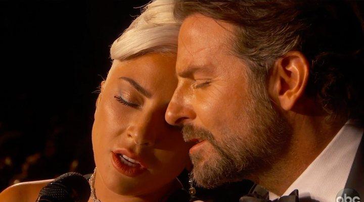 Lady Gaga y Bradley Cooper cantando 'Shallow'