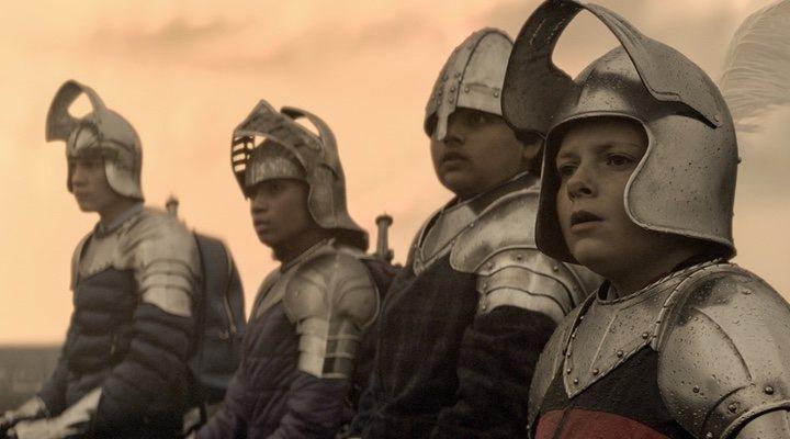 Tom Taylor, Rhianna Dorris, Dean Chaumoo y Louis Ashbourne Serkis en 'El niño que pudo ser rey'