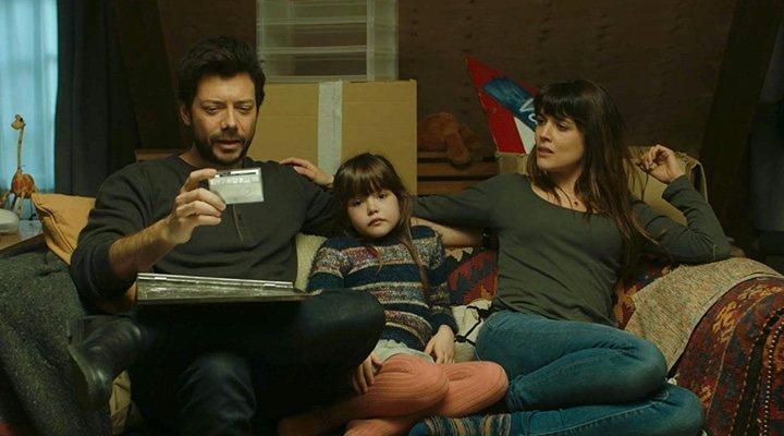 Álvaro Morte, Luna Fulgencio y Adriana Ugarte en 'Durante la tormenta'.
