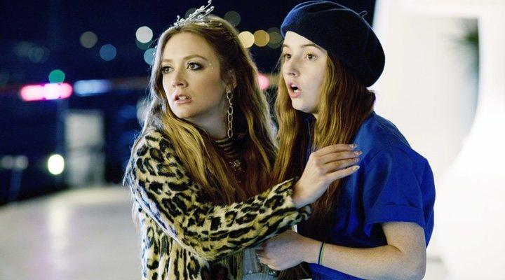 Billie Lourd y Kaitlyn Dever en 'Súper empollonas'