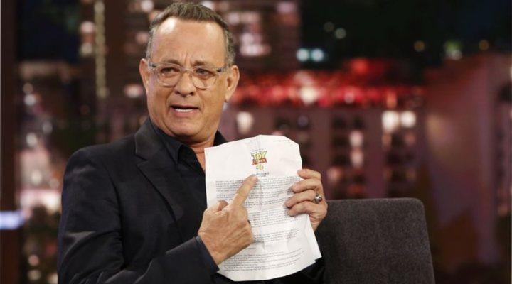 Tom Hanks en el programa 'Jimmy Kimmel Live!' con las instrucciones de Disney durante los tours promocionales