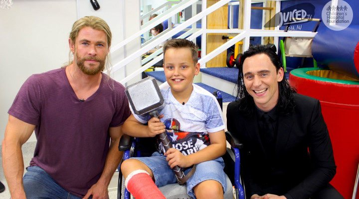 Thor y Loki ene un hospital infantil 2016