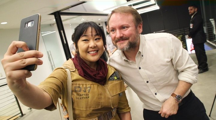 Rian Johnson posa con una fan disfrazada del personaje de 'Star Wars' Rose Tico