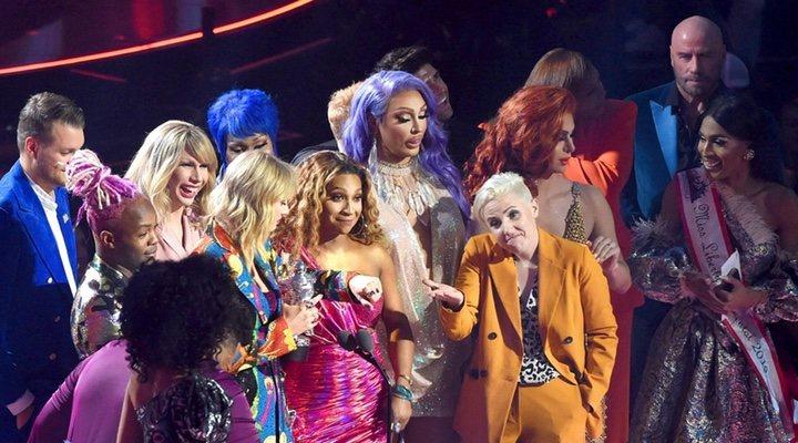 Taylor Swift y John Travolta en los VMA