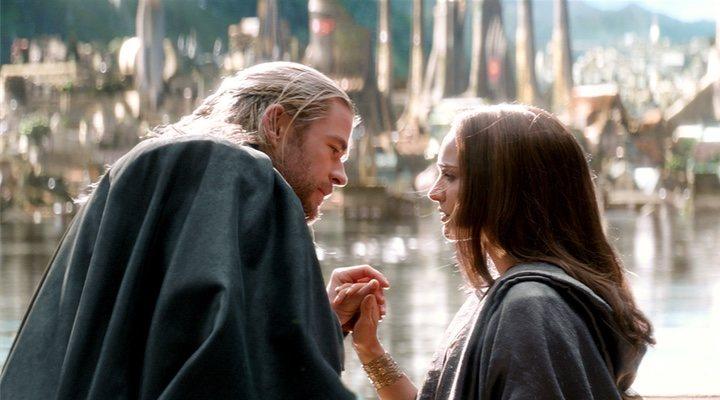 Natalie Portman y Chris Hemsworth en 'Thor: El mundo oscuro'