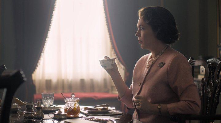 Olivia Colmando tomando el té como la reina que es