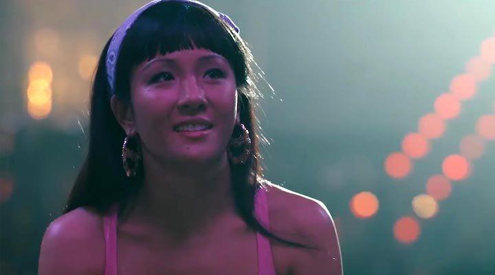 Constance Wu en 'Estafadoras de Wall Street'