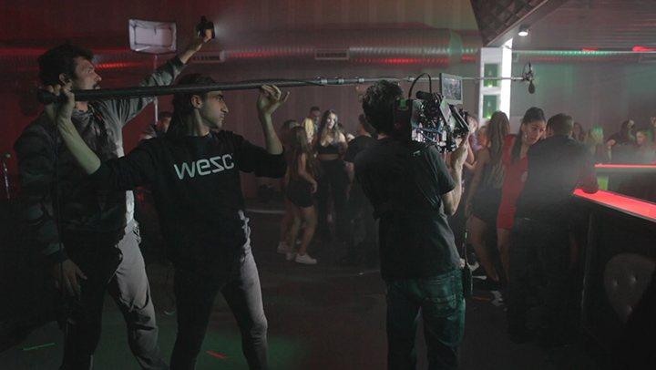 Carolina Yuste y Miguel Herrán, a la derecha de la imagen, durante la grabación de una escena