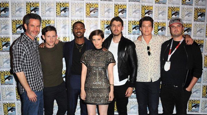 Josh Trank con el equipo de 'Cuatro Fantásticos'