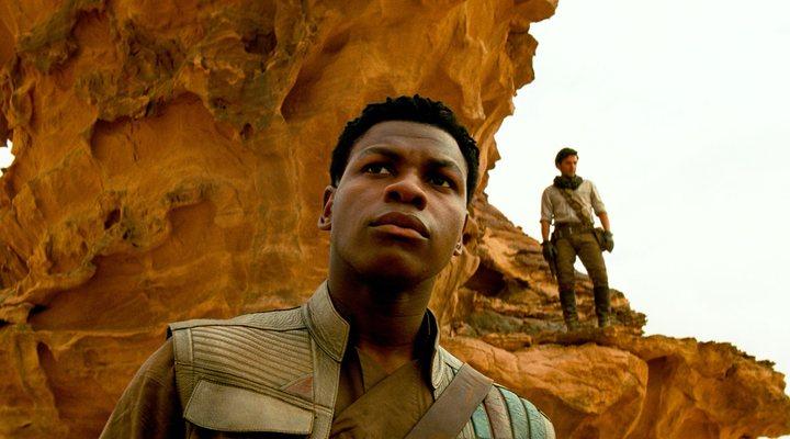 'Star Wars': John Boyega responde a sus haters a patadas y golpe de sable láser