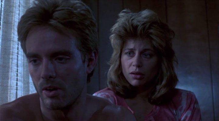 Linda Hamilton y Michael Biehn en un fotograma de 'Terminator' (1984)
