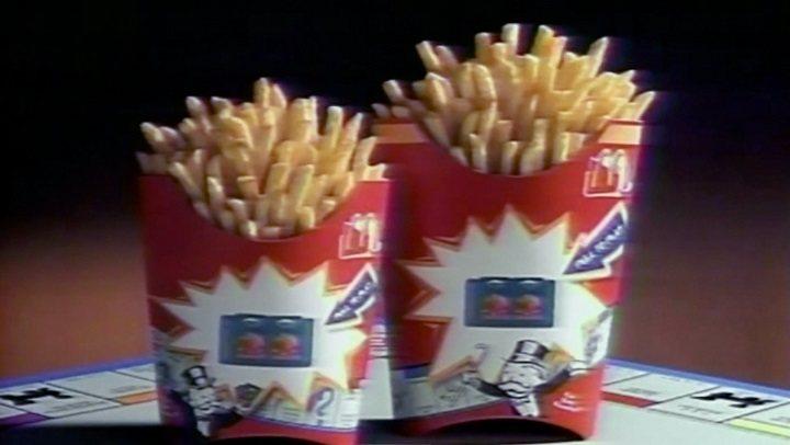 El material de archivo, como publicidades antiguas de McDonald's, tiene un importante papel en el documental