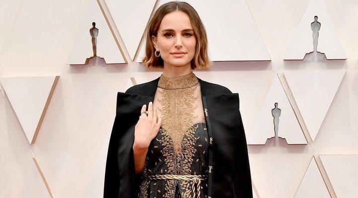 Natalie Portman expresó sus tendencias feministas a través de su traje en la alfombra roja de los Oscar