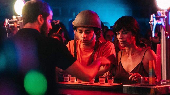 Imagen de una fiesta en la película
