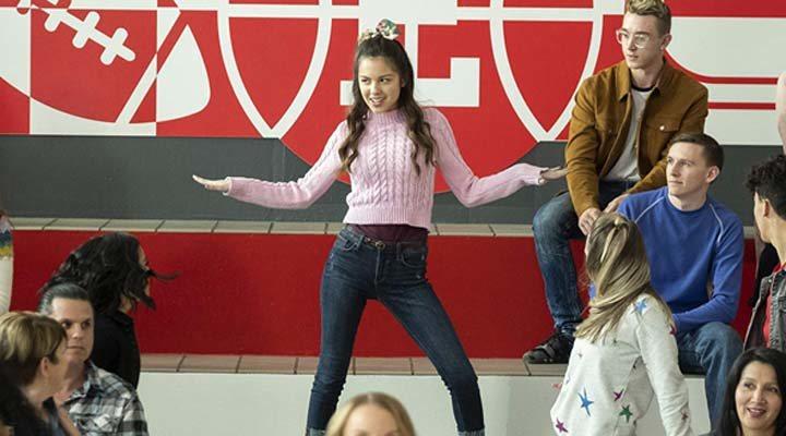 La serie trata de un grupo de estudiantes de secundaria que presentan una versión de 'High School Musical'