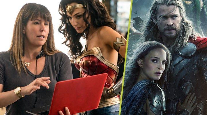 Patty Jenkins dirigiendo a Gal Gadot en 'Wonder Woman' y el póster promocional de 'Thor: El mundo oscuro'