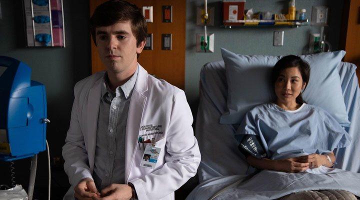 Freddie Highmore y Irene Choi en 'The Good Doctor'