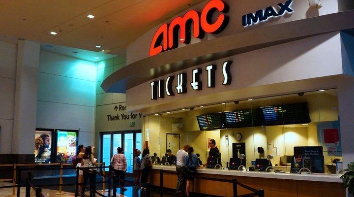 Imagen de los espectadores comprando entradas de cine en un AMC USA