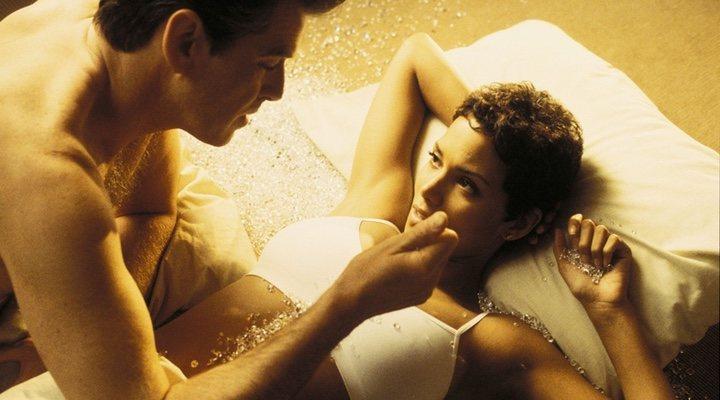Pierce Brosnan y Halle Berry en 'Muere otro día (2002)'