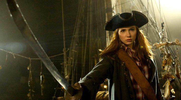 Johnny Depp en la piel de Jack Sparrow junto a Karen Gillan