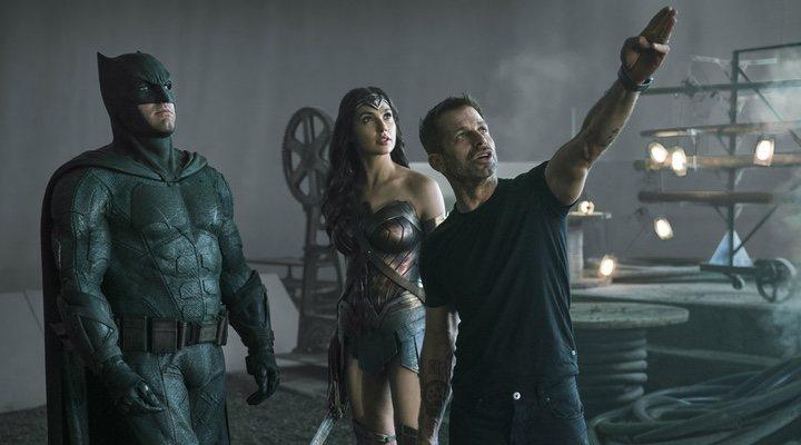 Zack Snyder dirigiendo a Ben Affleck y Gal Gadot en 'Liga de la Justicia' (2017)