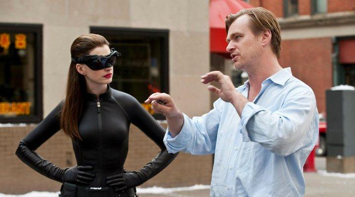 Anne Hathaway reveló que Christopher Nolan no permite sillas en los sets