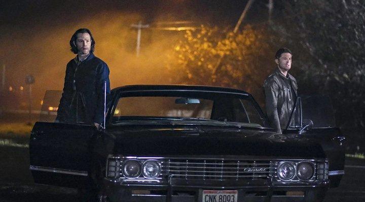 Jared Padalecki y Jensen Ackles con el Chevrolet Impala en 'Sobrenatural'